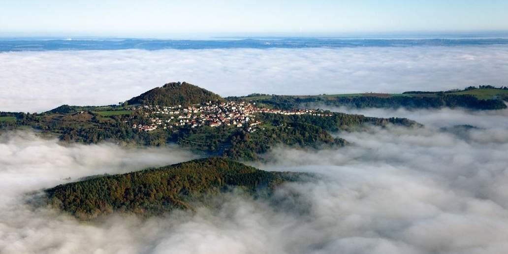 Der Hohenstaufen aus der Luft;  Foto: Staatliche Schlösser und Gärten Baden-Württemberg, Achim Mende