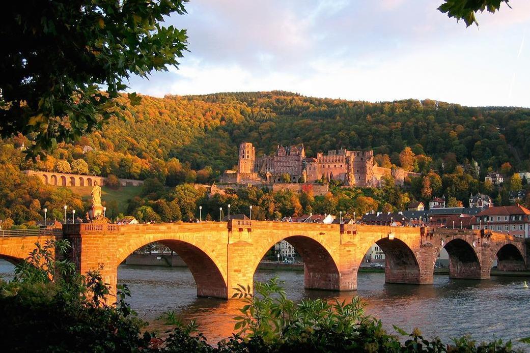 Heidelberg Palace seen above the bridge across the river Neckar; photo: Staatliche Schlösser und Gärten Baden-Württemberg, Urheber unbekannt
