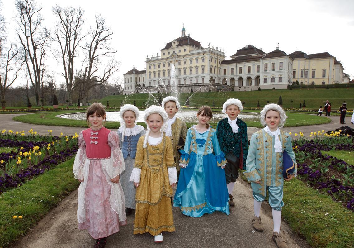 Kostümierte Kindergruppe vor Residenzschloss Ludwigsburg