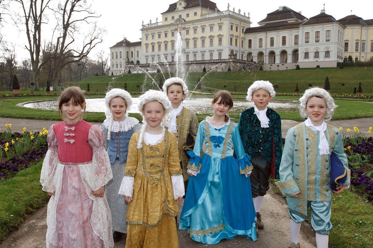 Kindergruppe in historischen Kostümen vor Residenzschloss Ludwigsburg; Foto: Staatliche Schlösser und Gärten Baden-Württemberg, Michael Fuchs