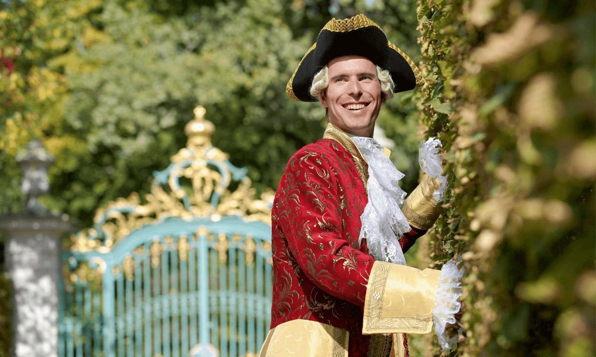 Kostümierter Gästeführer im Schlossgarten Schwetzingen;  Foto: Staatliche Schlösser und Gärten Baden-Württemberg, Niels Schubert
