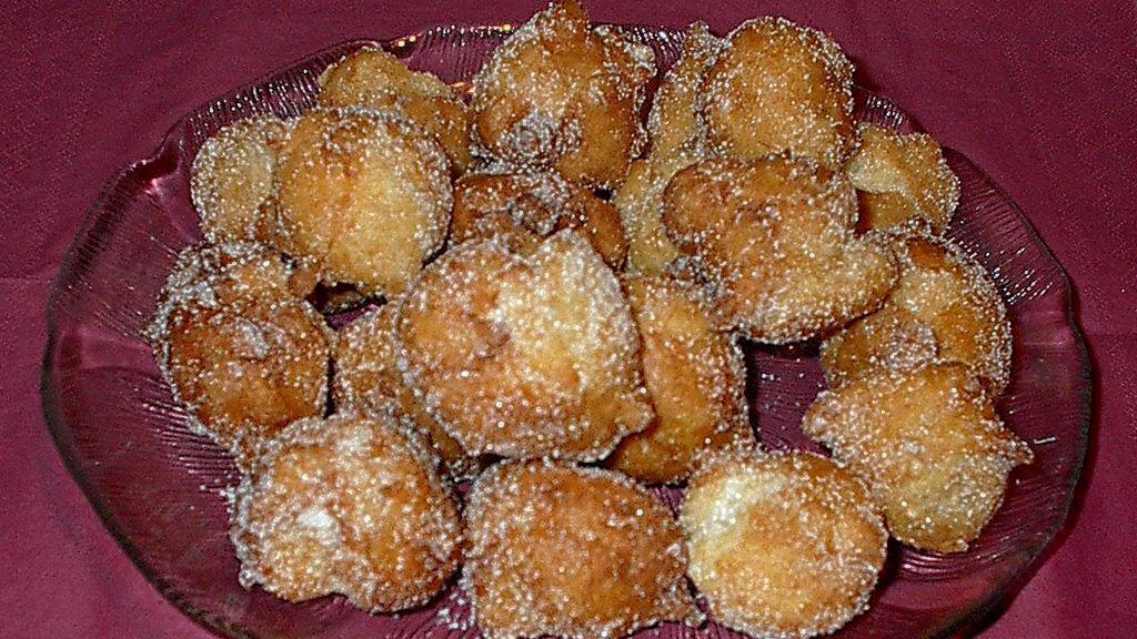 Ausgebackene Nonnenfürzle mit Zucker; Foto: Wikipedia, gemeinfrei, mufi69