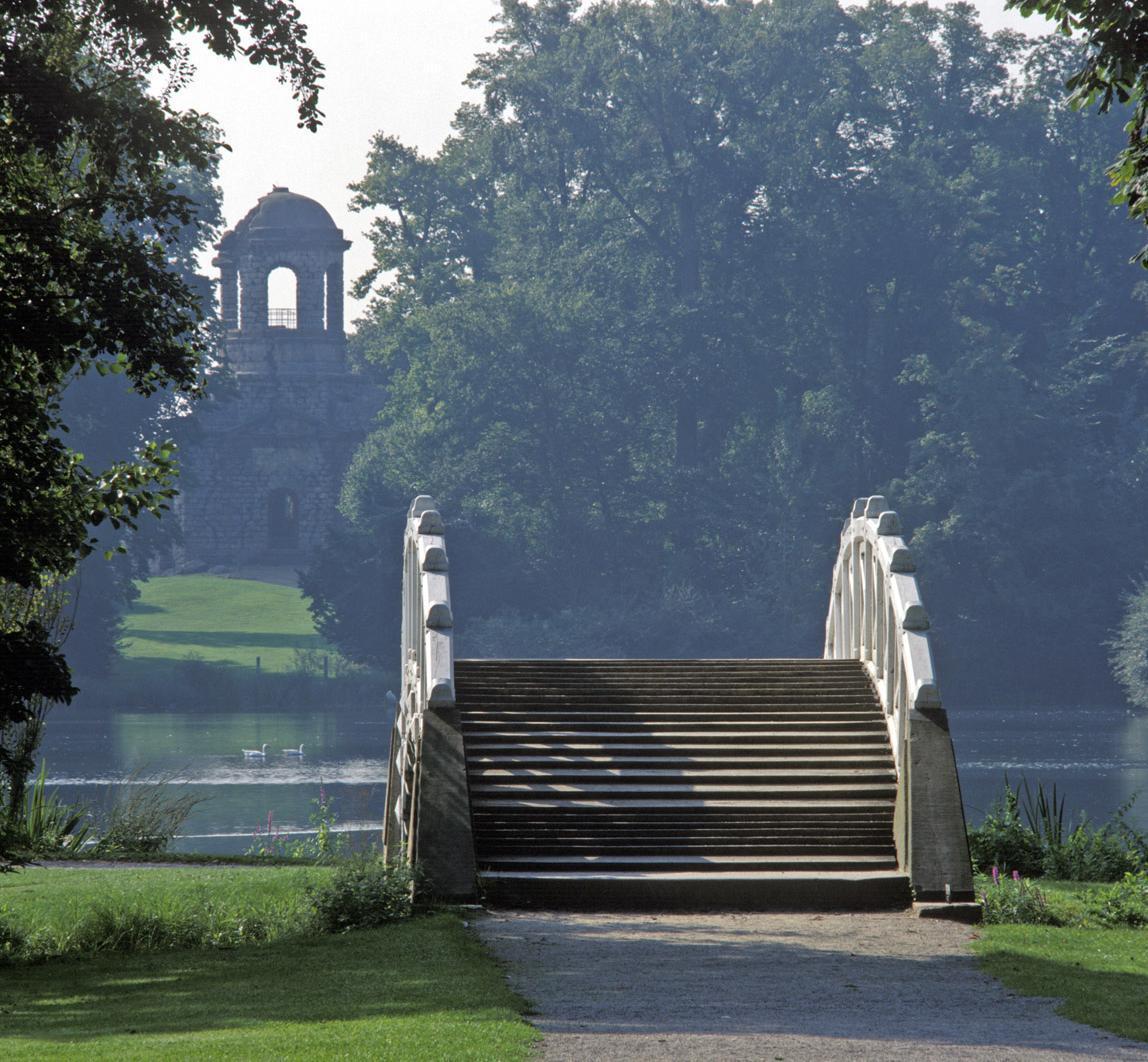 Brücke und Apollotempel im Schlossgarten Schwetzingen; Foto: Staatliche Schlösser und Gärten Baden-Württemberg, Steffen Hauswirth