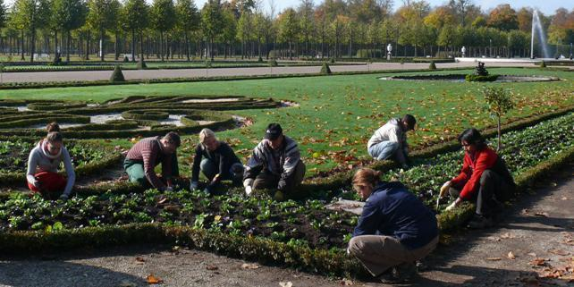 Gärtnerinnen in Schwetzingen; Foto: Staatliche Schlösser und Gärten Baden-Württemberg, Petra Pechacek