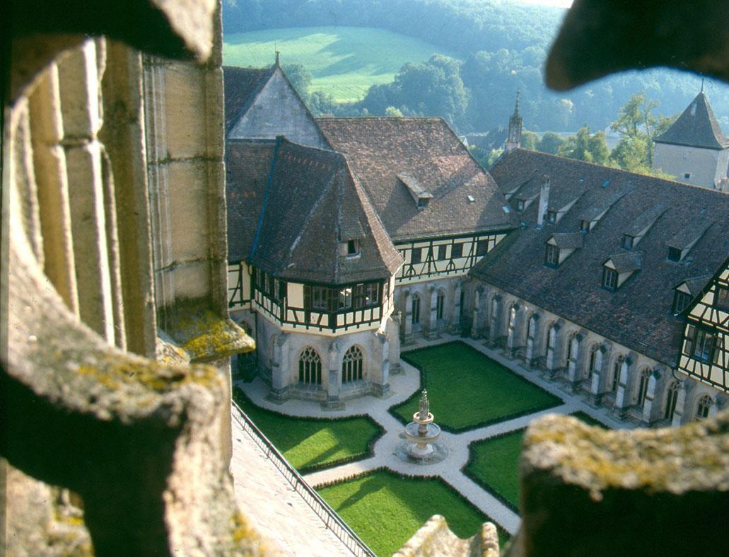 Kreuzgangblick im Sommer, Kloster und Schloss Bebenhausen; Foto: Urheber unbekannt