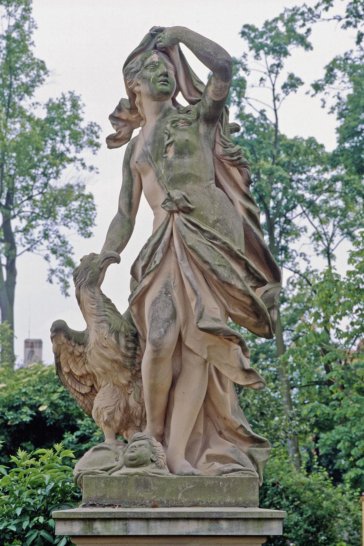 Element Luft, eine Figur im Schlossgarten Bruchsal;  Foto: Staatliche Schlösser und Gärten Baden-Württemberg, Arnim Weischer