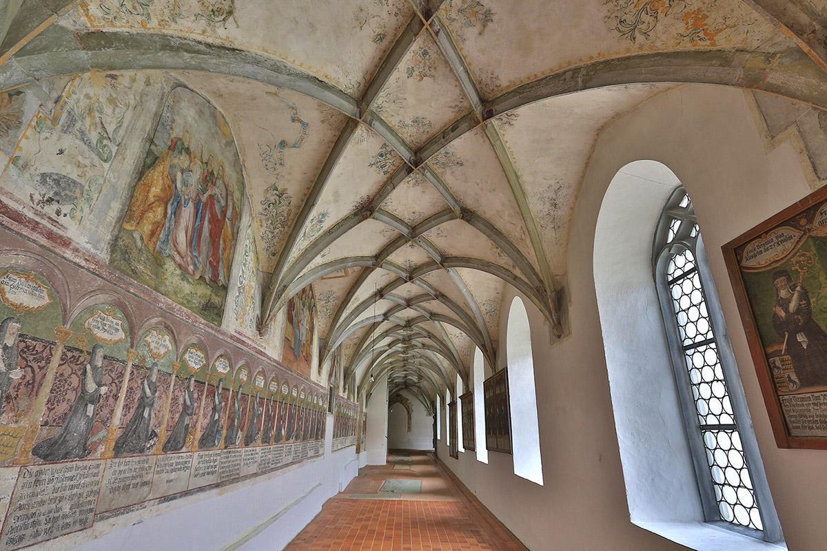 Detail der Äbtissinnengalerie im Kreuzgang des Klosters Heiligkreuztal; Foto: Staatliche Schlösser und Gärten Baden-Württemberg, Markus Schwerer