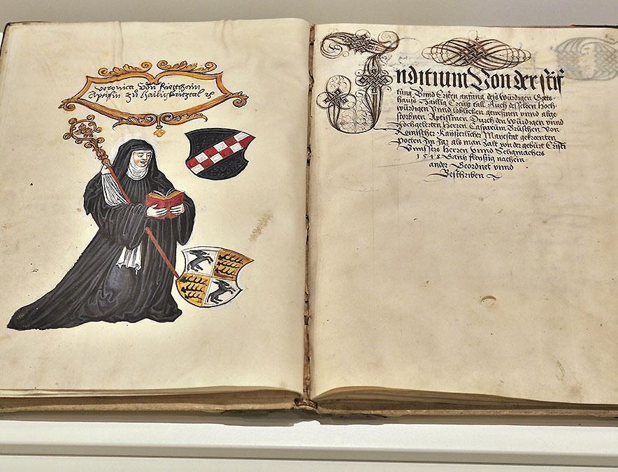 Darstellung Veronikas von Rietheim mit ihrem Wappen auf einer Buchseite; Foto: Staatliche Schlösser und Gärten Baden-Württemberg, Markus Schwerer