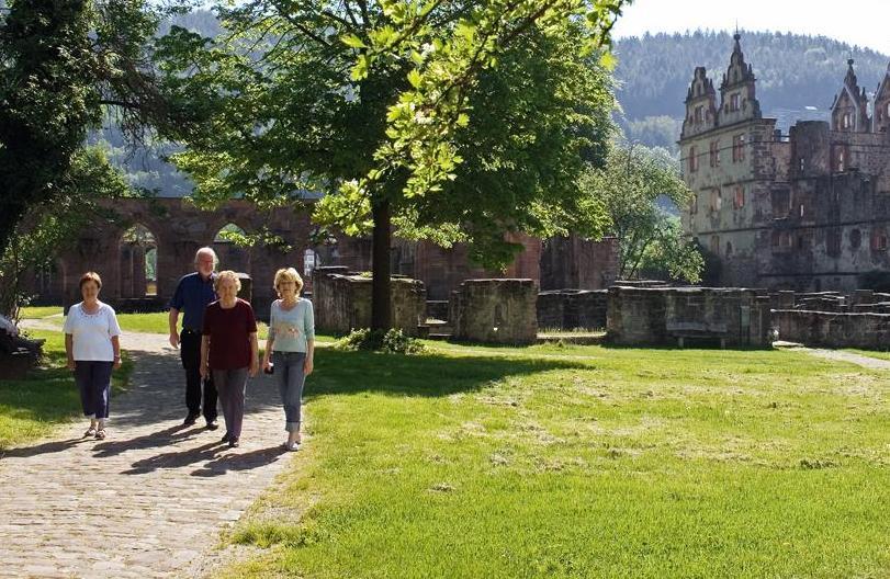 Besuchergruppe vor Klosterkulisse; Foto: Staatliche Schlösser und Gärten Baden-Württemberg, Andrea Rachele
