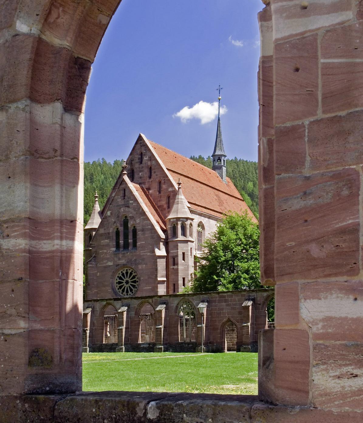 Blick vom Kreuzgang zur Marienkapelle von Kloster Hirsau; Foto: Staatliche Schlösser und Gärten Baden-Württemberg, Andrea Rachele