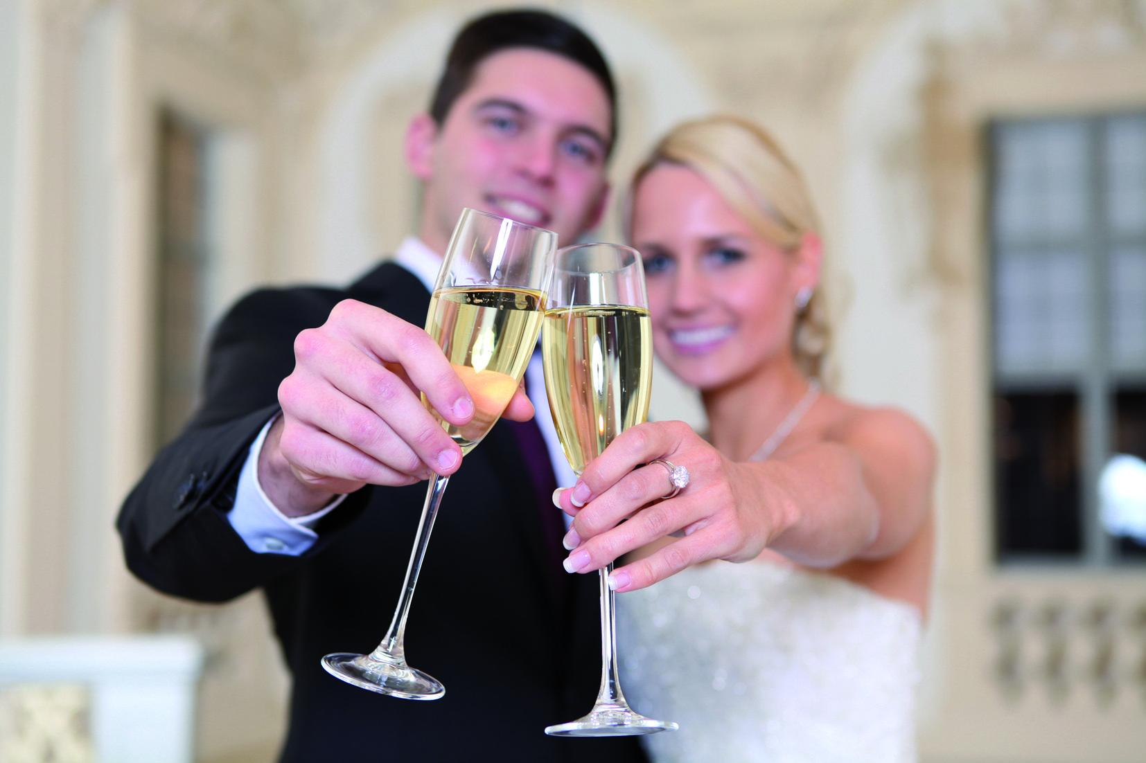 Hochzeitspaar mit Sektgläsern in Residenzschloss Rastatt, Bildnachweis: AMEA Design & More