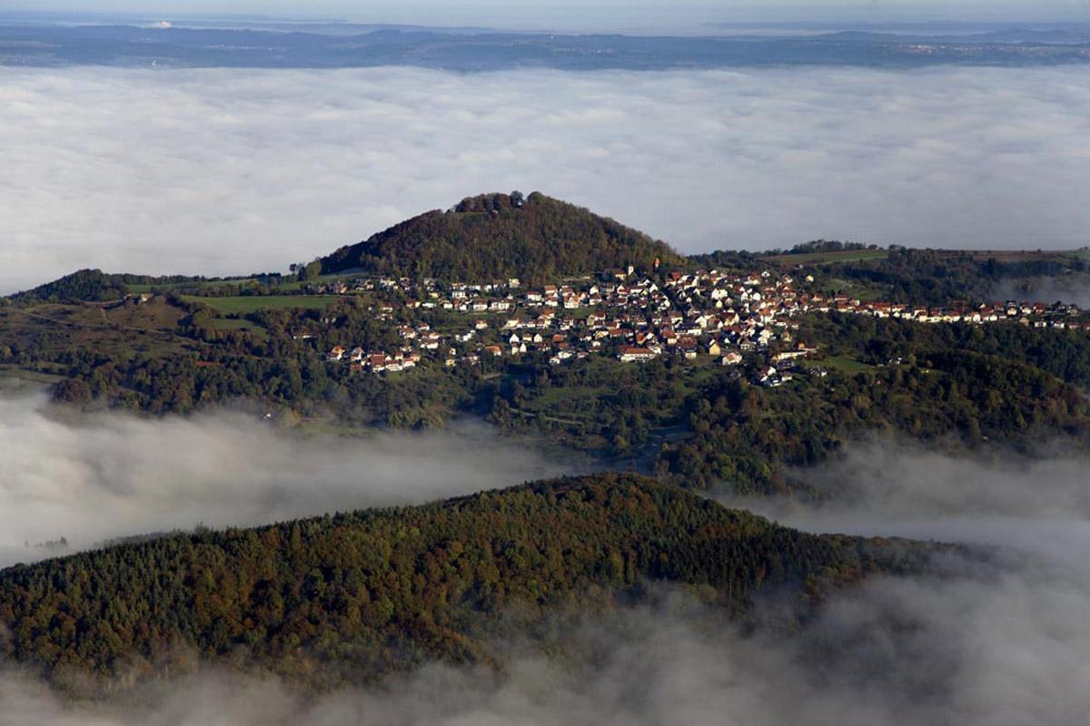 Panormaaufnahme des Hohenstaufen mit Stadt; Foto: Staatliche Schlösser und Gärten Baden-Württemberg, Achim Mende