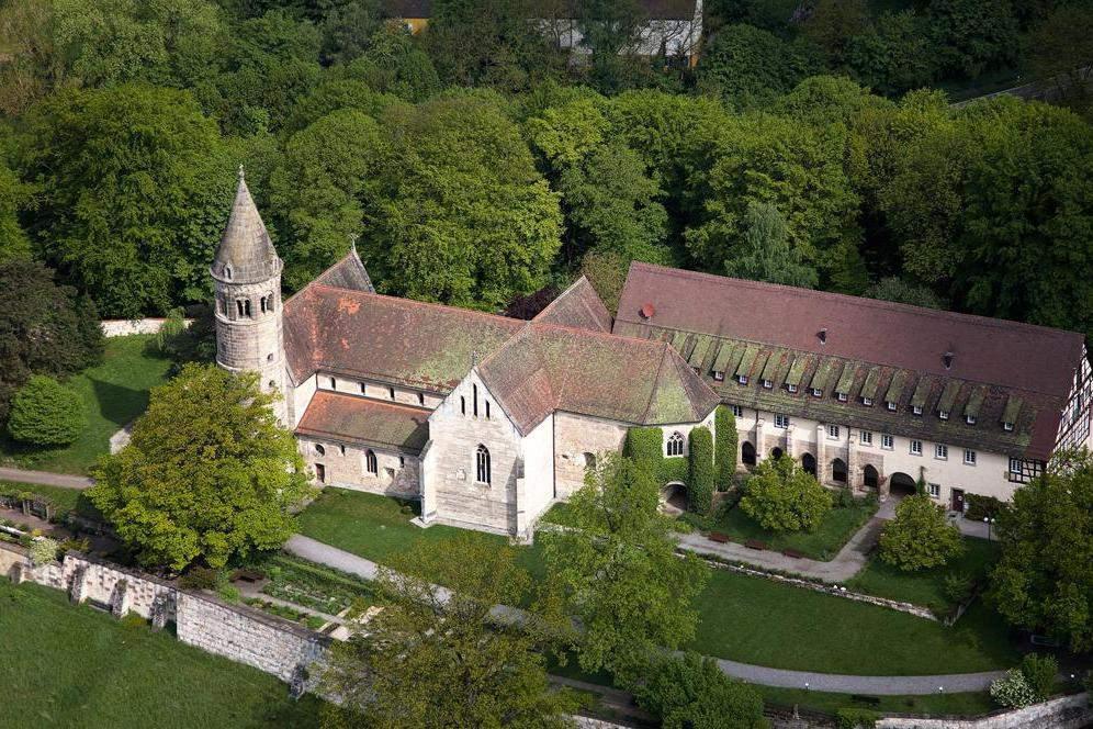 Visible from near and far, Lorch Monastery chapel nestles on a hilltop, making it a superb vantage point; photo: Staatliche Schlösser und Gärten Baden-Württemberg, Achim Mende