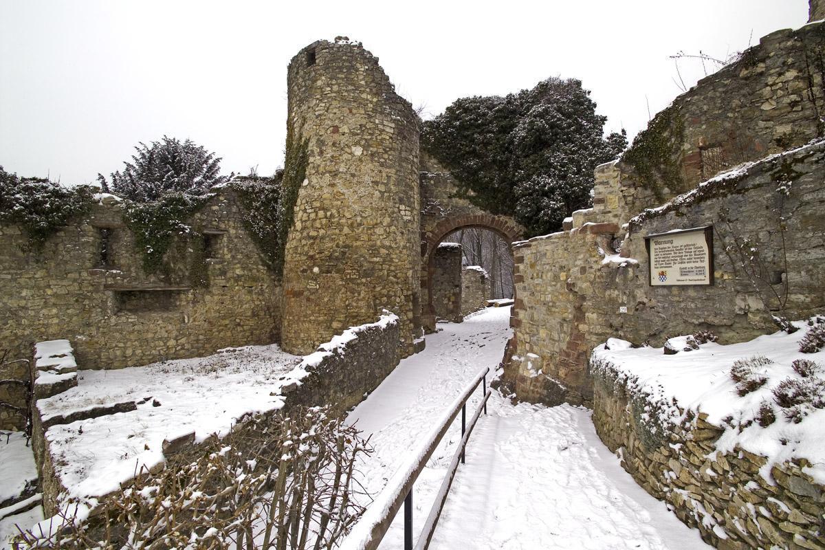 Mauerreste der Burg Rötteln im Winter mit Schnee bedeckt; Foto: Staatliche Schlösser und Gärten Baden-Württemberg, Arnim Weischer