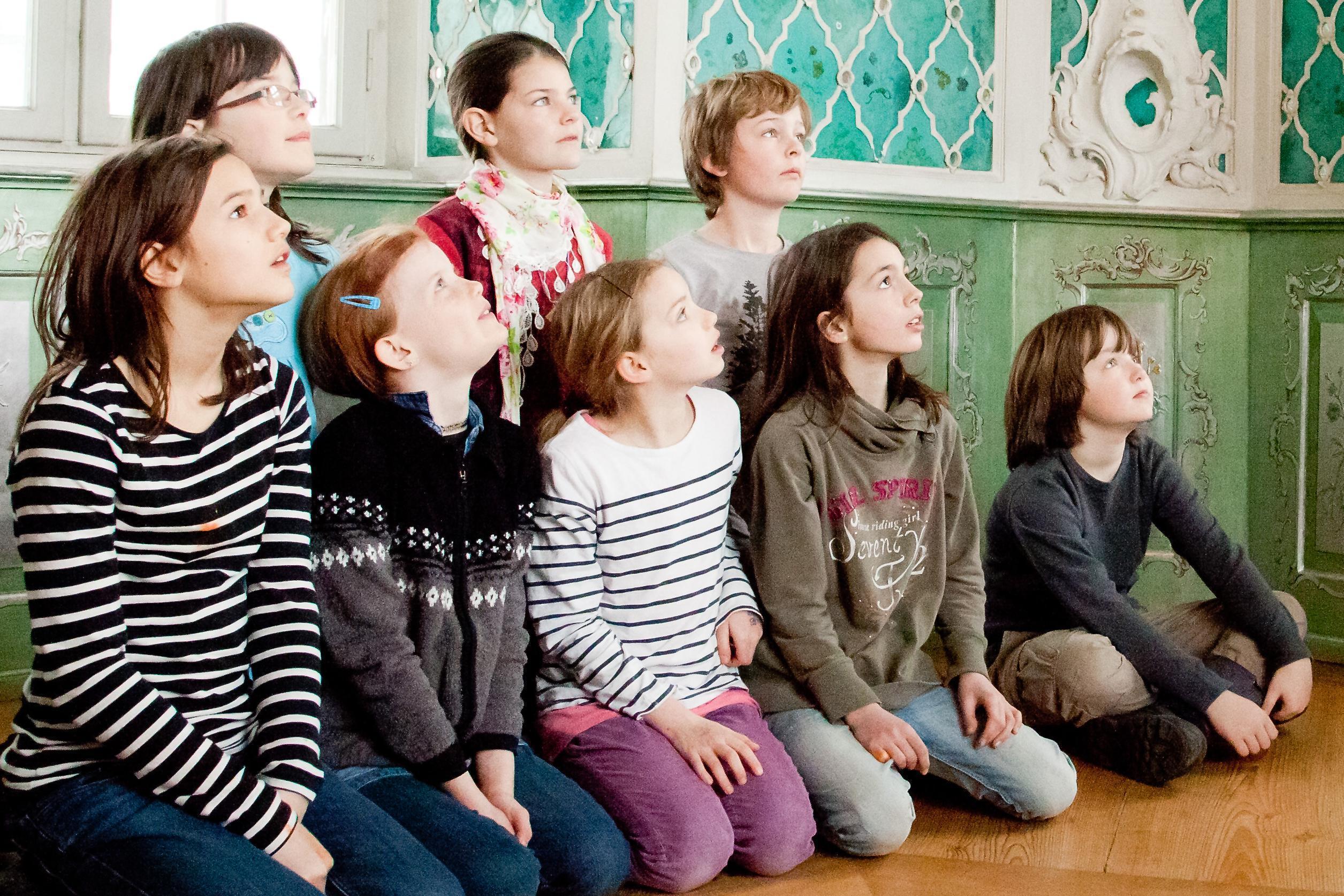 Schulklasse bei Sonderführung; Foto: Staatliche Schlösser und Gärten Baden-Württemberg, Thomas Kärcher