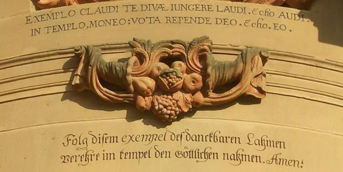 Detailansicht des Eingangs zur Klosterkirche Schöntal mit Knittel-Vers; Foto: Bildungshaus Kloster Schöntal