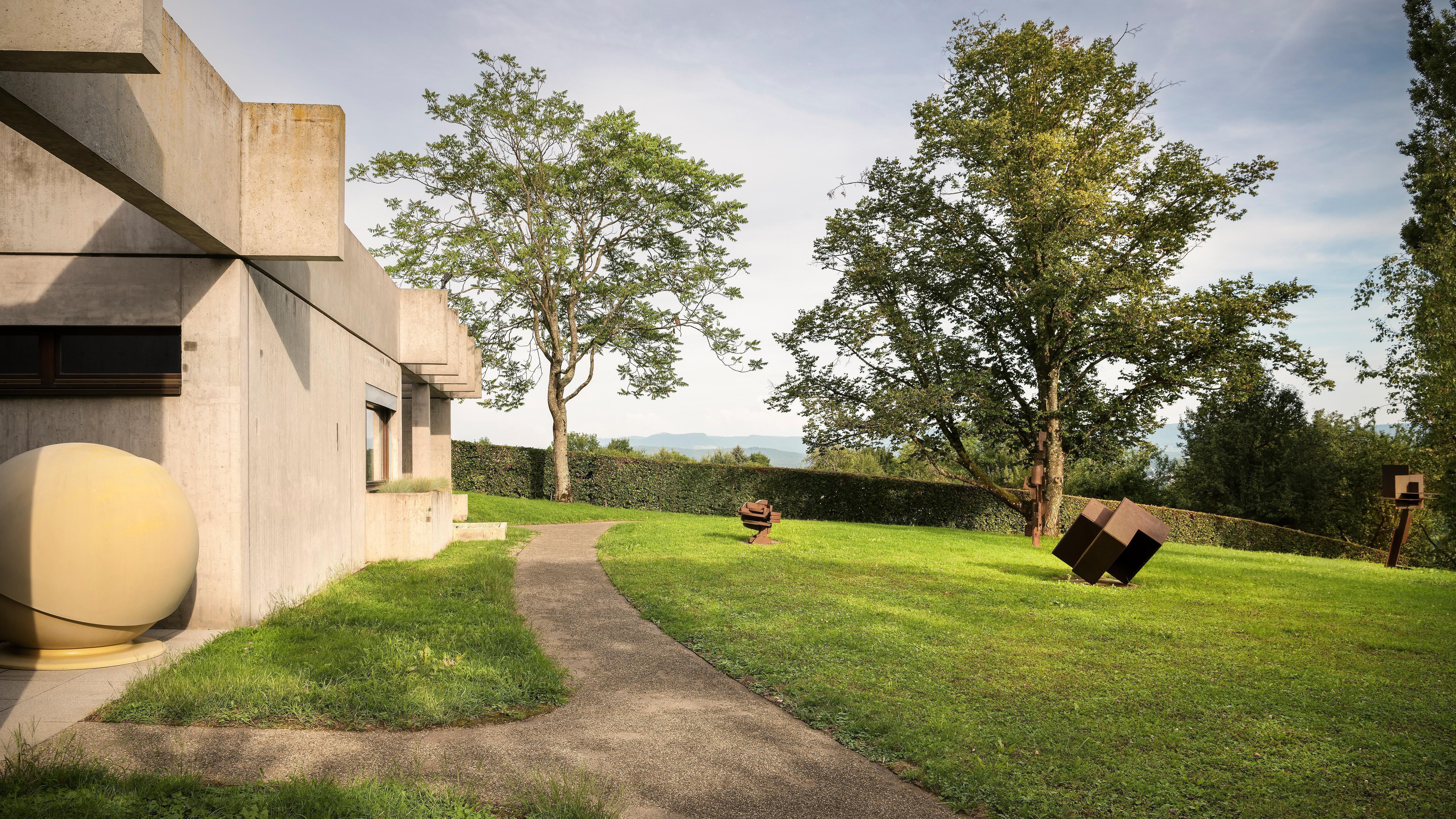 Sammlung Domnick, Villa und Garten mit Skulpturen; Foto: Staatliche Schlösser und Gärten Baden-Württemberg, Günther Bayerl