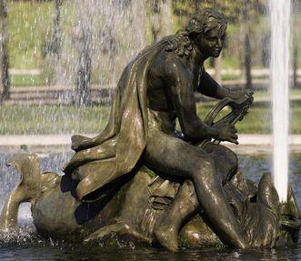 Skulptur des Arion mit einem Delfin in einem Bassin im Schlossgarten von Schloss Schwetzingen