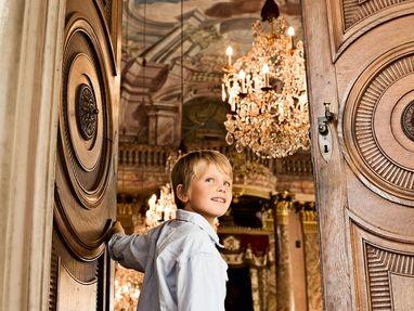 Residenzschloss Ludwigsburg, ein Junge geht in einen wunderschönen Saal im Residenzschloss Ludwigsburg