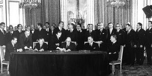 Charles de Gaulle und Konrad Adenauer unterzeichnen den Élysée-Vertrag