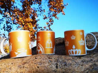 Drei Tassen vor einem Baum