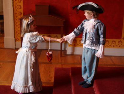 Kinder in barocken Kleidern im Residenzschloss Ludwigsburg