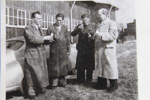 Auslieferung des ersten Porsche 356 in Zuffenhausen, Ottomar Domnick gemeinsam mit den Mechanikern
