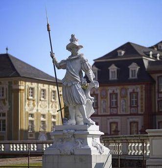 Hellebardier, Figur im Schlossgarten Bruchsal;  Foto: Staatliche Schlösser und Gärten Baden-Württemberg, Arnim Weischer