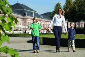Mutter mit zwei Kindern im Schlossgarten Schwetzingen