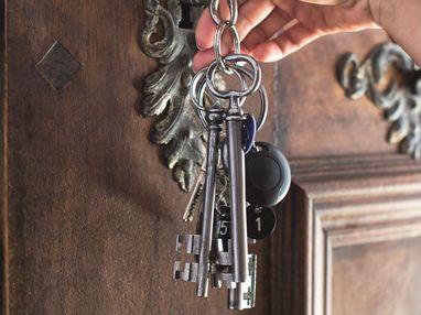 Jemand macht mit einem Schlüssel eine Tür auf