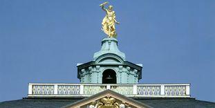 Giebel des Residenzschlosses Rastatt mit badischem Wappen