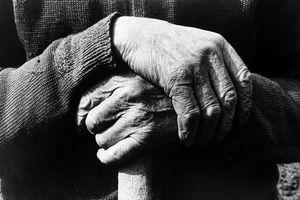 Fotografie von Roland Bauer, Käthe und Gottfried Wendel, Hände in schwarz-weiß