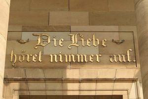 Goldene Inschrift über dem Eingang der Grabkapelle auf dem Württemberg; Foto: Staatliche Schlösser und Gärten Baden-Württemberg, Roland Rossner