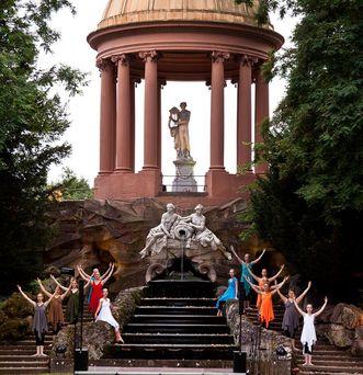 Schlossgarten Schwetzingen, Aufführung beim Apollotempel; Foto: Staatliche Schlösser und Gärten Baden-Württemberg, Ursula Wetzel