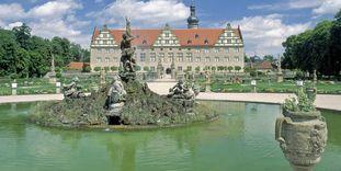 Blick vom Herkulesbrunnen im Schlossgarten zum Schloss Weikersheim