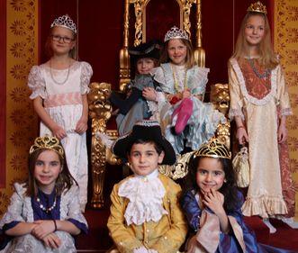 Kinder in historischen Kostümen in Residenzschloss Ludwigsburg