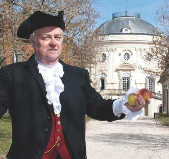 Darsteller in der Rolle des Caspar Schiller vor Schloss Solitude mit Obstbäumen