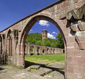 Gotische Spitzbögen als Ruinen mit Eulenturm in Kloster Hirsau; Foto: Staatliche Schlösser und Gärten Baden-Württemberg, Andrea Rachele