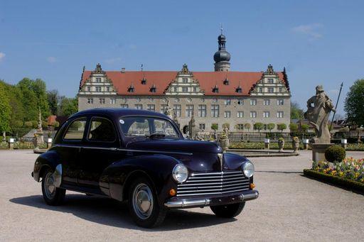 Oldtimerpräsentation schwarzer Oldtimer vor Schloss Weikersheim