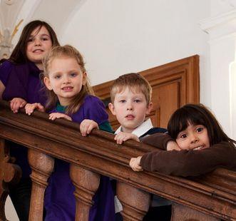Kinder an einer Schlosstreppe; Foto: Staatliche Schlösser und Gärten Baden-Württemberg, Ortsverwaltung Bebenhausen