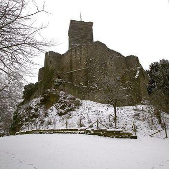 Verschneite Anlage von Nordwesten, Oberburg mit Bergfried; Foto: Staatliche Schlösser und Gärten Baden-Württemberg, Arnim Weischer