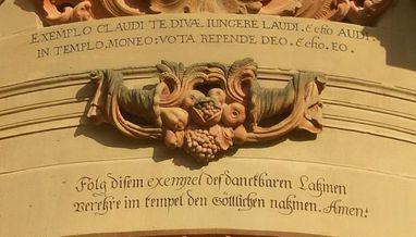Detailansicht von dem Eingang zur Klosterkirche Schöntal mit Knittel-Vers; Foto: Bildungshaus Kloster Schöntal