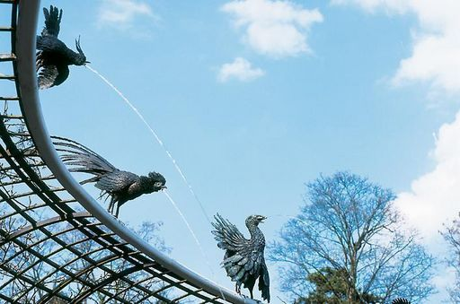 Wasserspeiender Vogel am Brunnen im Schlossgarten Schwetzingen