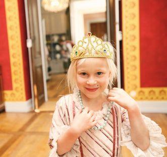 Als Prinzessin verkleidetes Mädchen in Schloss Ludwigsburg