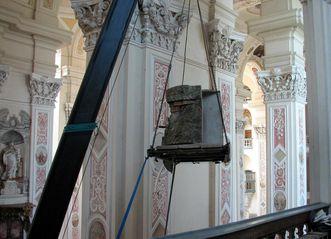 Mit dem Kran erfolgt die Positionierung des Heiligen Grabes; Foto: Staatliche Schlösser und Gärten Baden-Württemberg, Felix Muhle
