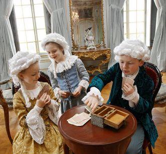 Kinder spielen Karten; Foto: Staatliche Schlösser und Gärten Baden-Württemberg, Michael Fuchs