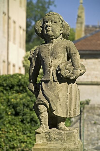 Köchin, Figur im Schlossgarten Weikersheim;  Foto: Staatliche Schlösser und Gärten Baden-Württemberg, Arnim Weischer