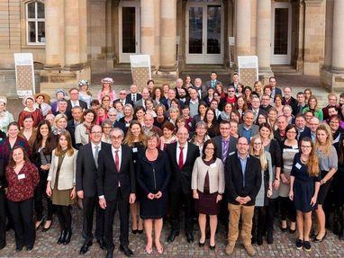 Unsere Mitarbeiter beim Festakt zum 30-jährigen Jubiläum vor dem Neuen Schloss in Stuttgart