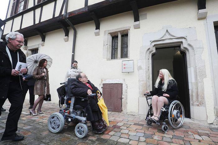 Zwei Leute im Rollstuhl schauen Kloster Bebenhausen an