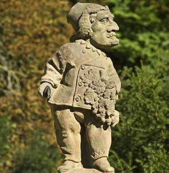 Der Hofjägermeister, eine Figur im Schlossgarten von Weikersheim; Foto: Staatliche Schlösser und Gärten Baden-Württemberg, Arnim Weischer